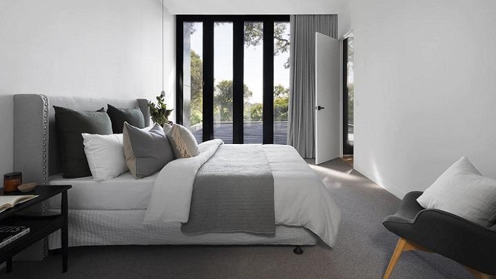 dormitorio-con-gran-ventana