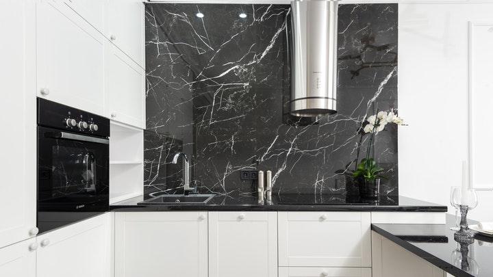 cocina-con-pared-de-marmol
