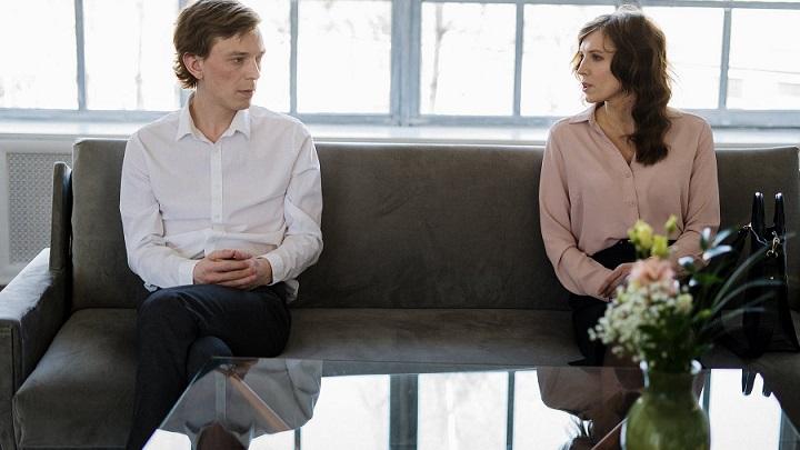 pareja-en-el-sofa