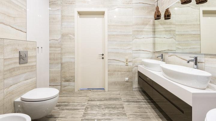 bano-con-lavabo-doble-y-ovalado