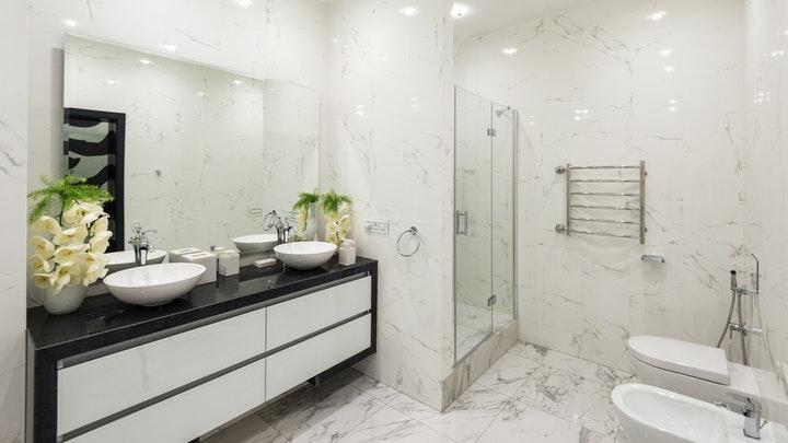 bano-con-lavabo-doble-y-flores