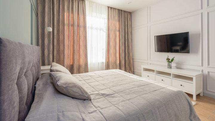 dormitorio-con-molduras-blancas