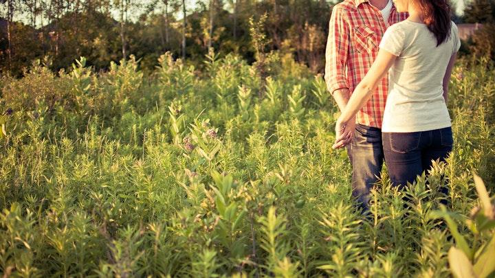 pareja-en-campo-verde