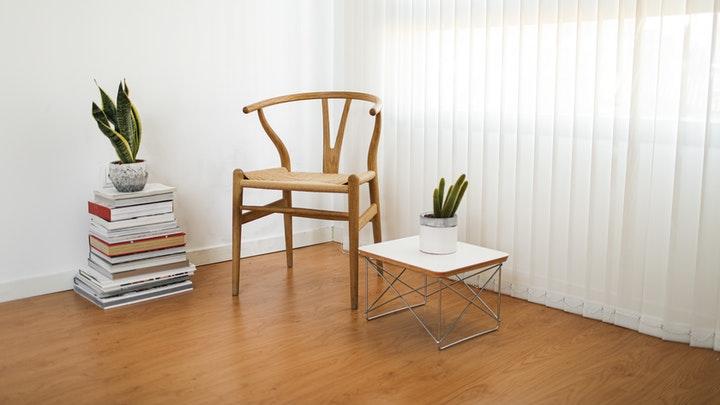 espacio-con-libros-silla-y-mesa