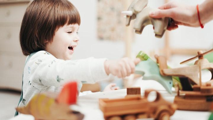 nino-juega-con-juguetes