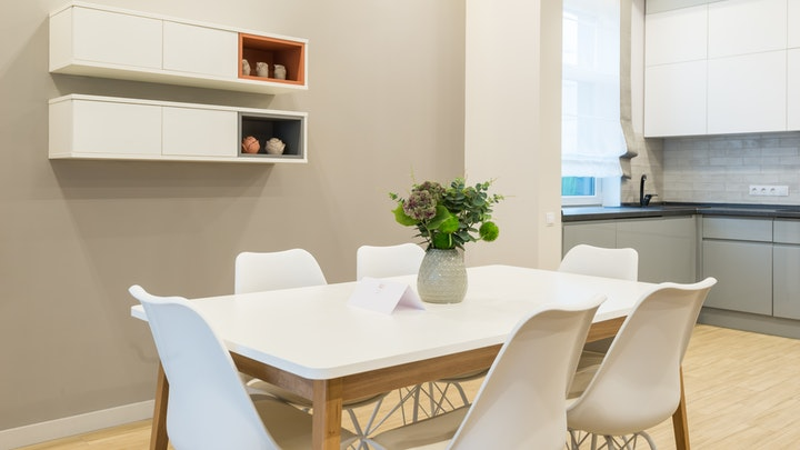 cocina-con-mesa-y-flores