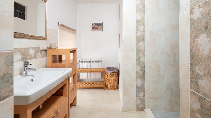 bano-con-muebles-de-madera