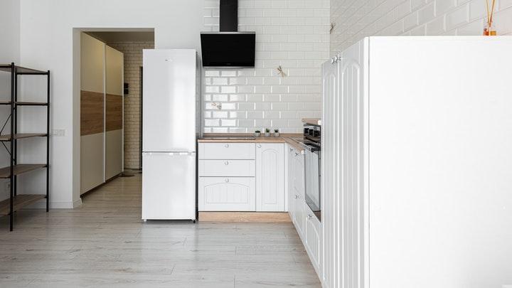 cocina-blanca-con-azulejos-tipo-metro